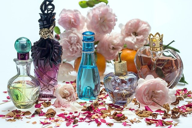zátiší s parfémy